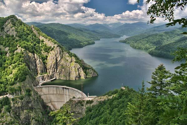 Lacul-hidroenergetic-Vidraru